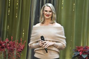 Sanna Nielsen presenteras som Årets julvärd på SVT.