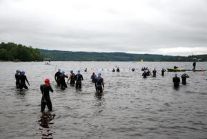 En efter stiger de tävlande ned i vattnet och påbörjar en tävling som slutar 1500 senare.