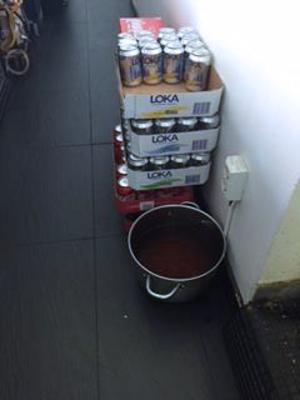 Vid kontroll upptäcktes cirka fem liter misosoppa som förvarades på golvet. Foto: Södertälje kommun