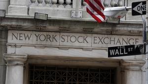 Wall Street. Gatan i New York där aktiebörsen är. Banken J P Morgan är aktör där och har en adress på den gatan.