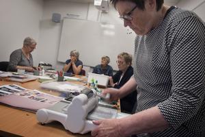 Margaretha Hillergren använder stansmaskinen för att stansa fram dekorationer till dagens ramkort.