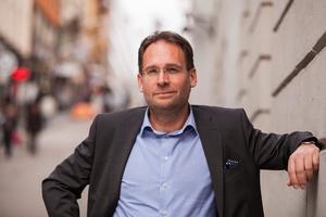 Michael Ek, vd för Svenska Stadsnätsföreningen, menar att det är oroväckande att bredbandsutbyggnaden halkat efter de senaste åren. Foto: Pressbild
