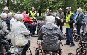 Pensionerade prästen Alazar Menghestu, som tagit initiativet till promenaden, hälsar välkommen i Slottsparken.