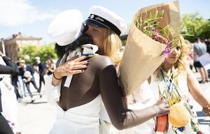 Efter tre år tillsammans tar de farväl på torget med en lång kram. Barebe siktar på Handelshögskolan i Stockholm.