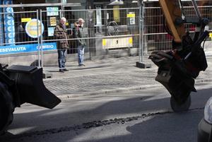 Nyfikna stannade till för att titta på när asfalten skars upp på måndagen.