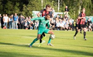 Anton Larsson i kamp med en BP-spelare.