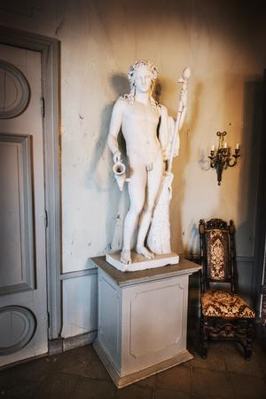 En av två statyer som står i entrén på Segersjö herrgård.