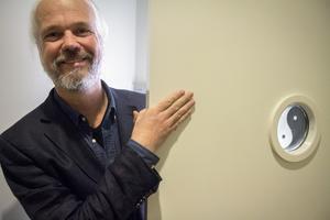 Stefan Larsson, född 1968, är doktor i religionshistoria. Hans avhandling handlar om Tsangnyön. Han undervisar på Högskolan i Gävle, i världsreligionerna och i etik. Notera symbolen i fönstret på dörren.