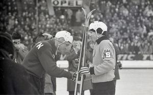 18 år och redan i sin första SM-final. Bilden är på Leif Wasberg, som mottar ett par skidor från en Edsbyspelare, inför finalen 1963.