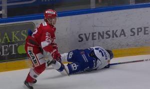Porsberger grinade illa efter slaget som hans forne lagkamrat i Timrå, Emil Berglund, delade ut. Foto: CMore
