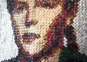 Lisa Juntunen Roos har flätat ett porträtt av sin mormor i plastremsor från kaffepaket. När man tittar nära ser man hur fint hon skapat nyanserna i plastpaketens olika färger.