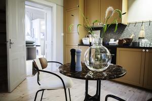 Butiken är uppbyggd som en lägenhet där möbler och inredningsdetaljer syns i sin naturliga miljö.