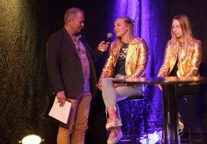Stina Nilsson intervjuas av Kjell-Erik Kristianse under OS-hyllningarna i Malung.