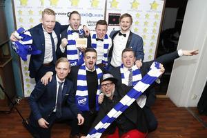 Rådmansö SK visar upp det prestigefyllda priset NT:s Guldankare. Här håller ordförande Tomas Johansson upp prispokalen.