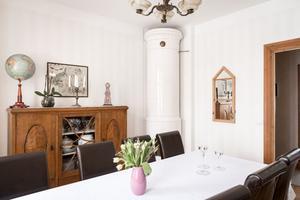 Foto: Utsikten. I huset på Sturegatan 35 fins originaldetaljer som kakelugn kvar.
