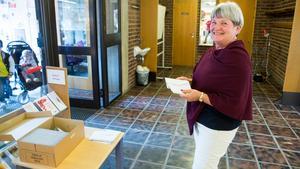 Anneli Nevala har jobbat som valfunktionär sedan 1970-talet i Arboga. I söndagens val tog hon emot de röstande och delade ut kuvert att stoppa valsedlarna i.