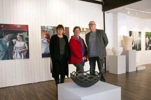 Tack vare Annkatrine Karlstrands, Renate Grünbaums och Lars Malmbergs olika uttryck blir Sundsvalls Konstförenings vårsalong omväxlande.