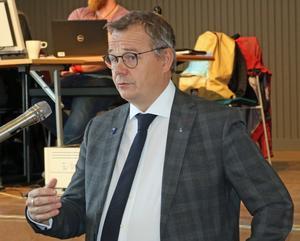 Pär Löfstrand (L) under frågestunden i fullmäktige som handlade om Körfältsskolans framtid.
