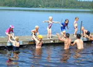 Redan på första lektionen fick barnen träna på att hoppa från bryggan vid Skärsjösjön.