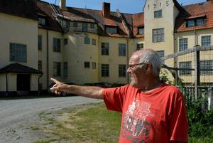Kenit Ankarkrona pekar på den delen av Bodaborg där samlingssalen låg.