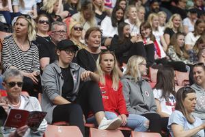 Jenna Hellstrom (i rött) i publiken på den tiden det fanns sådan på fotbollsmatcher …