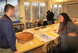 Fahrad och Ann-Charlotte diskuterar en bild som från början var tänkt att slängas men som fick ett nytt uttryck.