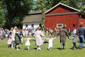 Mycket folk hade kommit till Väsby kungsgård, och många av dem var med och dansade ringlekar.