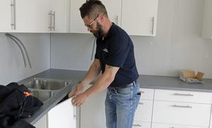 Innan Patrik Moberg kom till Hallbo i februari drev han en egen liten byggfirma. Det är en kolossal skillnad att leda en rot-renovering med 20 man, men fantastiskt roligt och intressant, uppger han.