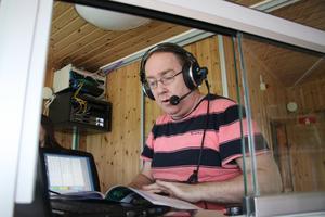 Patrik Nilsson hamnade i travbranschen av en slump. Han är speaker i Lindesberg, på Solvalla, i Örebro och Karlstad. Inför varje tävling pluggar på hur man uttalar hästnamnen.