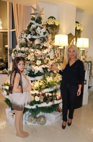 Julgranen har Jemma tillverkat av en plastgran som fått extragrenar av andra plastgranar samt diverse julpynt, en del har hon gjort själv.