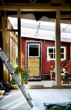 Mellan nya och gamla huset finns ett utrymme som ska bli vinterträdgård med en temperatur vintertid på cirka 15 grader.