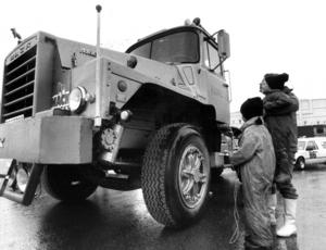 En amerikansk skogsbil av märket Mack som med sin bredd på 2,85 meter inte var tillåten att köra på svenska vägar beundrades av Anna Britta Agardh och barnen Gösta och Britta.