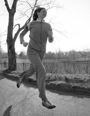 Katherine Switzer sprang Boston Marathon 196, trots att arrangörerna försökte stoppa henne då kvinnor inte var tillåtna att springa marathon. Här är hon ute på en joggingtur. Foto: Ron Frehm/TT