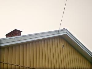 Telefonledning leder in till ett bostadshus.  Foto: Mons Brunius/TT