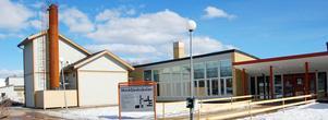 Entrén vid Mockfjärdsskolan. Vandaliseringen har skett på baksidan, mot Lindbyhållet.