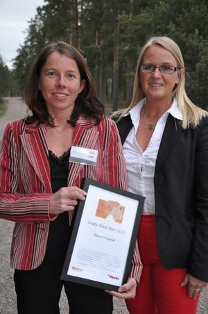Maria Enqvist fick ta emot priset av Triple Steelix processledare Maria Engholm.