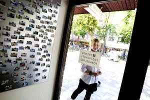 I entrén finns bilder på alla bostäder         som sålts hittills i år.