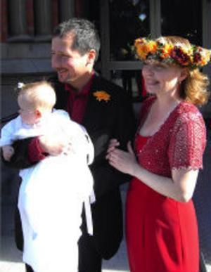 Carin Engwall och Michael Bylund, Sundsvall, har den 10 september vigts i GA-kyrkan. Efter vigseln döptes dottern Saga. Vigsel och dop förrättades av kyrkoherde Stefan Nilsson. Foto: Kaj Svensson
