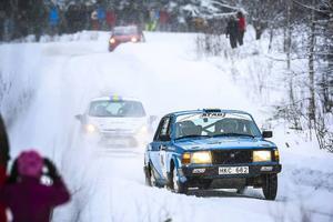 MK Rattens Tom Thomasson, i en Volvo, förföljs av två bilar under en besynnerlig sekvens vid Gällsåberget/Boda. Orsaken till