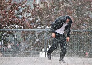 Vårvädret är nyckfullt de närmaste dagarna. På många håll väntar snö, regn och blötsnö, men det finns också solchanser. Arkivbild.