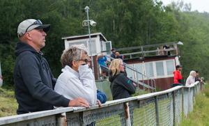 Publik på plats följde tävlingarna intensivt.