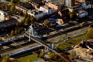 Hur undersöks en bro över järnvägsspår där tågen rullar på dygnet runt? I Hallsberg tar de hjälp av en drönare, som ska snurra kring pylonbron torsdag 16 maj utan att tågtrafiken störs. Foto: Håkan Risberg/arkiv