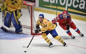 Sveriges Erik Brännström jagas av Rysslands Ilya Mikheyev under en match i Sweden hockey games. Nu ska backen spela JVM igen.