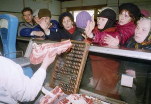 Moskva 1991. Den statliga köttproduktionen räcker inte till dem som vill köpa. Lite som dagens bostadsmarknad. Foto: Liu Heung Shing/AP