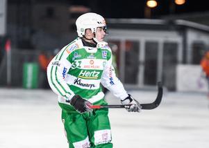 Daniel Johansson var en av få spelare som inte hunnit fly ut till bussen när det var dags för intervjuer.