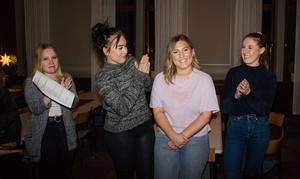 Här får Caisa Forsberg (i rosa tröja) reda på att hon blir Medelpads lucia. Hon gratuleras av Felicia Ramström, Zanna Hellström och Thelma Ericsson som också hade chansen att bli lucia.