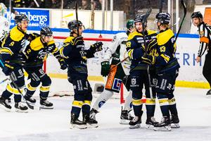 Anton Bengtsson firar 3-2-målet – i sin 300:e SHL-match för HV71.
