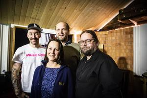 Emma Härdelin, Janne Strömstedt och Kjell-Erik Eriksson spelar in sin nya skiva i Johan Arvelis (till vänster) studio.