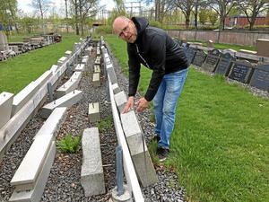 I Värnamo finns också möjlighet att återvinna återlämnade gravstenar genom att slipa om dem. Det sparar miljön mycket, säger Tobias Munkholm.