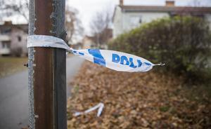 Rester av polisens blåvita avspärrningsband hänger kar runt en lyktstolpe och är det enda som antyder att det under natten mot torsdagen skedde en skjutning  vid bostadshusen i korsningen Kolgillaregatan och Prästgatan.